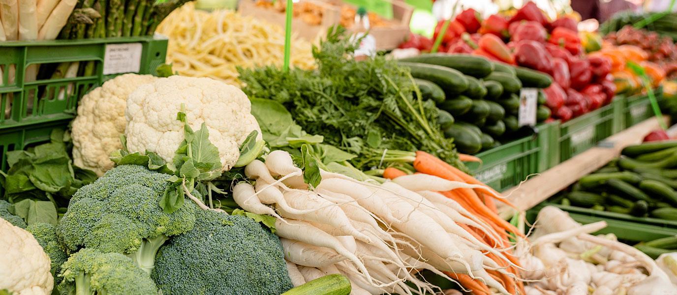 Karotten und Karfiol auf einem Marktstand